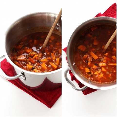 Revolviendo una olla de nuestro sencillo vegano Black Bean Chili