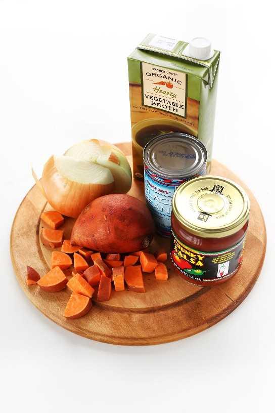 Batatas, salsa, frijoles negros, cebolla y caldo de verduras para hacer nuestra sencilla receta vegana de chile