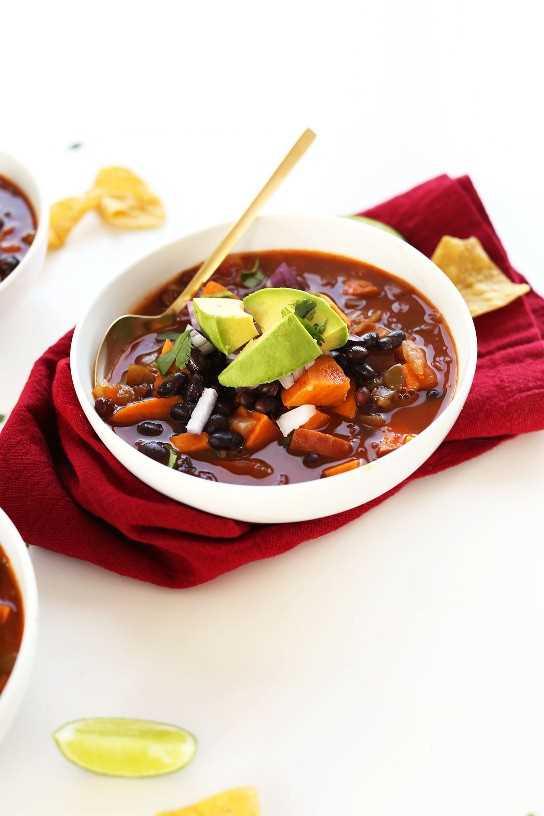 Tazón de fuente lleno de chile de papa dulce y frijoles veganos de 5 ingredientes