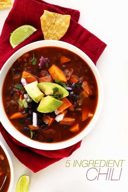 Tazón de frijoles negros y chile dulce para una comida vegana súper simple