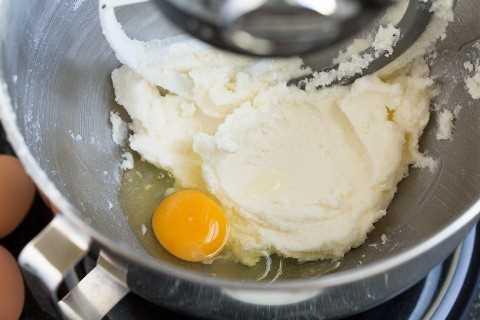 Adicione o ovo à mistura de açúcar e manteiga em uma tigela.