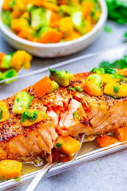 Chile Lima Salmão com Manga e Molho de Abacate - INCRÍVEL salmão macio com molho de manga, cheio de SABORES mexicanos para complementar o peixe! FÁCIL e pronto em 15 minutos !!