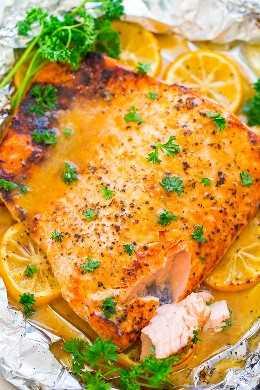 Honey Dijon Salmon - ¡FÁCIL, listo en 20 minutos, jugoso, tierno, y tan sabroso de la miel, Dijon y jugo de limón! Si estás tratando de incorporar más pescado en tu dieta, ¡esta es LA RECETA para hacer!