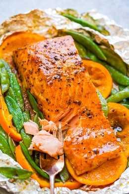 Pacote de folhas de salmão de melaço laranja - FÁCIL, pronto em 10 minutos, e uma maneira IMPERMEÁVEL de fazer salmão grelhado! Macio, suculento e em camadas com sabores FABULOSOS!