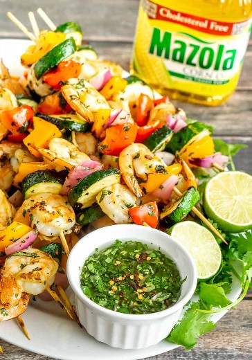 Brochetas de camarones y verduras a la plancha con salsa chimichurri
