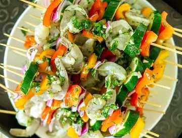 brochetas de camarones y vegetales listos para asar