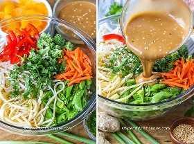 Se vierten dos imágenes que muestran los ingredientes de la ensalada de fideos asiáticos antes y después del aderezo.