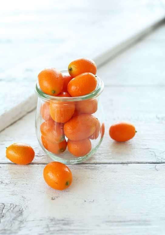 Tarro de adorables kumquats para hacer gin and tonics caseros