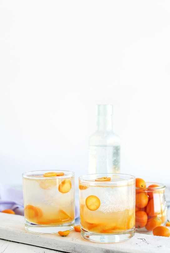 Dos vasos de nuestro refrescante y sencillo Kumquat Gin and Tonic