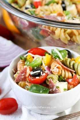 ¡Una pequeña porción de colorida ensalada de pasta italiana lista para una cena!