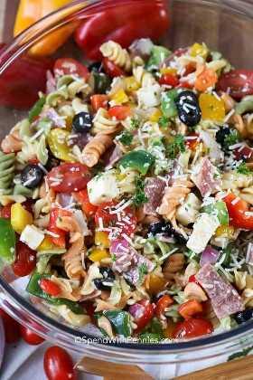 ¡Un cuenco lleno de coloridas ensaladas de pasta italiana listas para una comida!