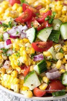 Ensalada de maíz fresco con cebolla, pepino y tomate