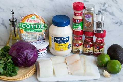 Ingredientes en tacos de pescado.
