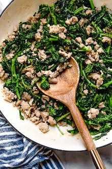Orecchiette Pasta con salchicha y brócoli Rabe usa salchicha de pollo en lugar de carne de cerdo y mucho ajo. ¡Esta versión aligerada no te decepcionará!