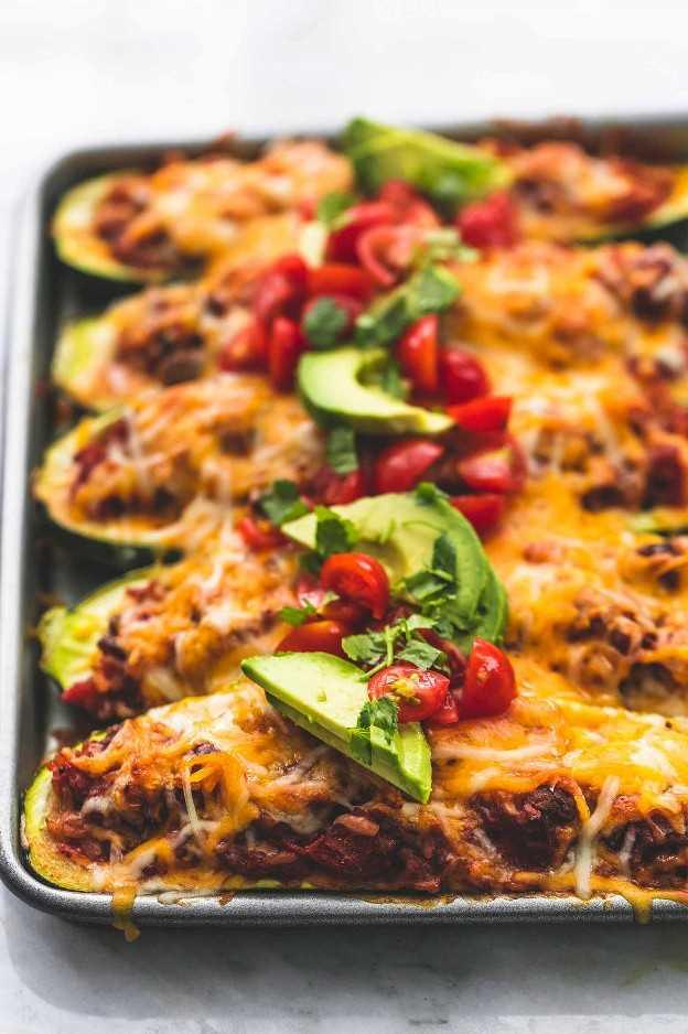 Receta de cena saludable de Easy Taco Stuffed Zucchini Boats | lecremedelacrumb.com