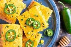 Rodajas de jalapeño encima de la mejor receta de pan de maíz.