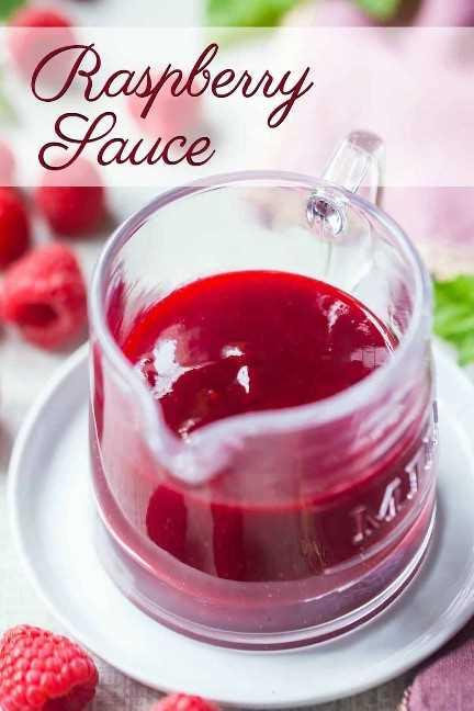 """Pequeña jarra de vidrio de salsa de frambuesa sin semillas, con una superposición de texto arriba que dice """"Salsa de frambuesa""""."""
