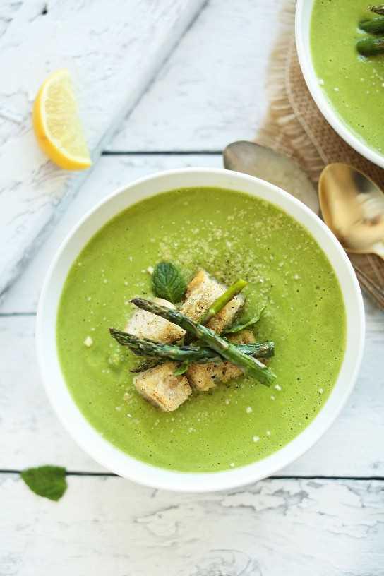 Saludable sopa de espárragos y guisantes vegana con crujientes picatostes y espárragos