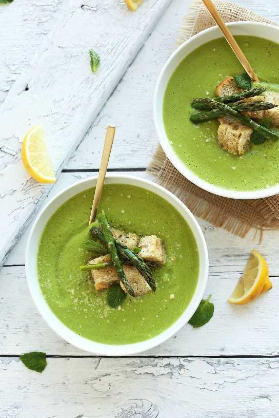 Tazones de sopa cremosa de espárragos y guisantes casera para una cena vegana rápida y saludable