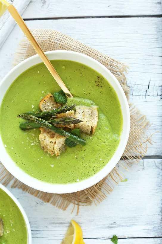 Tazón de sopa de guisantes y espárragos con picatostes de ajo para una deliciosa y saludable cena de primavera