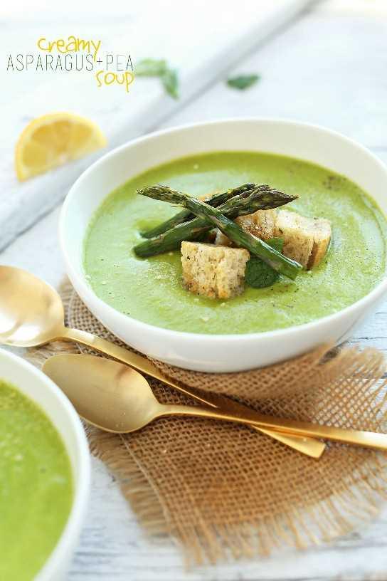Plato de sopa vegana de espárragos y guisantes cremosa sin gluten para la cena
