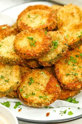 Fritos de calabacín chips apilados en un plato.