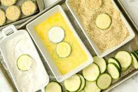 Las rodajas de calabacín se sumergen en harina, una mezcla de huevo y luego se empanan.