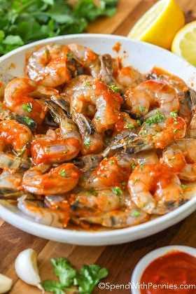 Camarones sriracha picantes marinados en un tazón y listos para asar