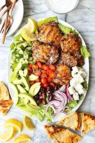 Ensalada griega de pollo a la parrilla: ¡la MEJOR ensalada griega que tendrás! ¡Con muslos de pollo perfectamente asados y jugosos y el aderezo de tzatziki más celestial!
