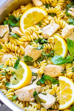 Lemon Pepper Basil Chicken and Pasta - ¡FÁCIL y listo en 15 minutos con pasta reconfortante, pollo jugoso, y hay mucho sabor a ZESTY del limón, la albahaca y las espinacas! ¡Un favorito de la familia que es perfecto para las noches ocupadas!