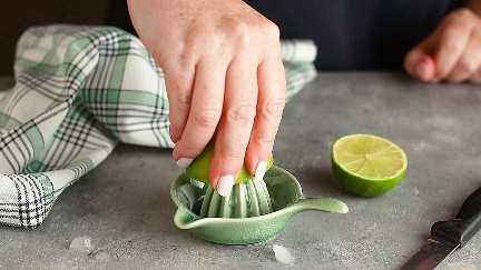 Exprimir limas frescas con una pequeña fresa de cítricos de cerámica.