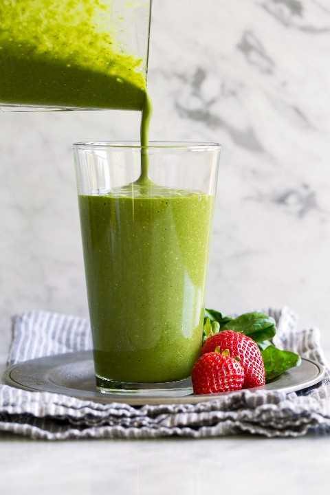 Verter el batido verde en un vaso de una jarra de la licuadora.