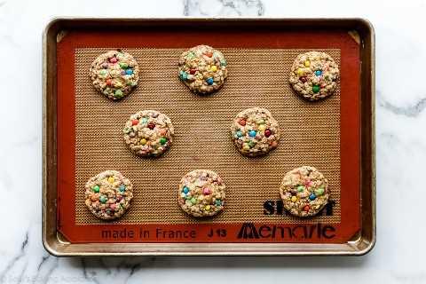 galletas de avena M&M en una bandeja para hornear