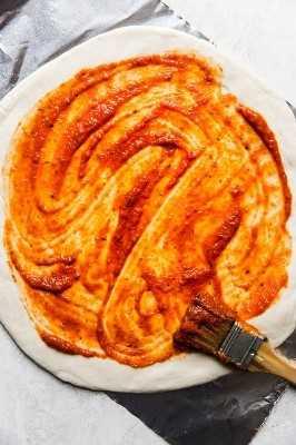 masa de pizza con salsa marinara