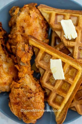 Fried Chicken and Waffles en un plato.