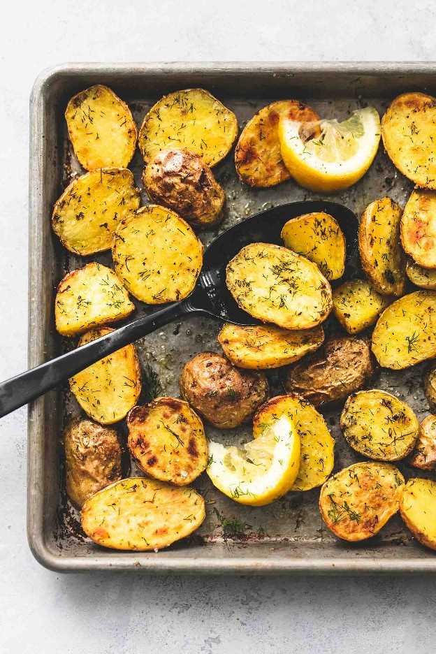 Patatas al horno con eneldo asado receta fácil de guarnición | lecremedelacrumb.com