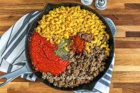 Ingredientes para hacer Chili Mac en una sartén grande