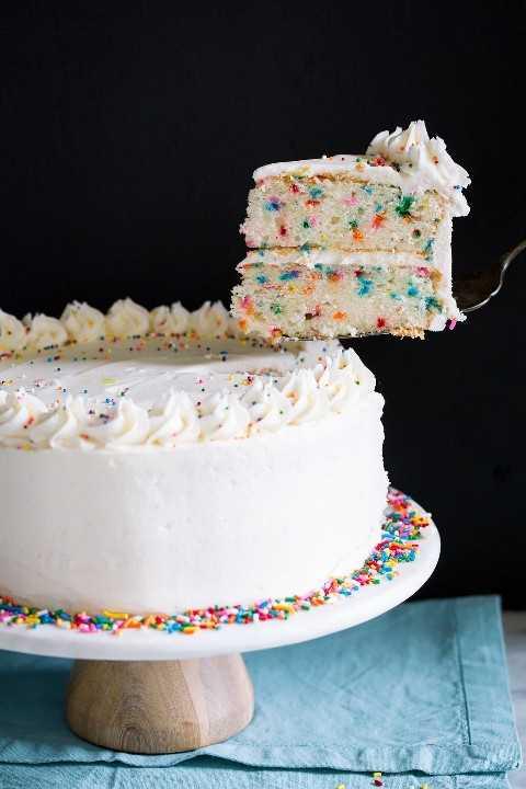 Levantando una sola rebanada con una espátula de un pastel entero.
