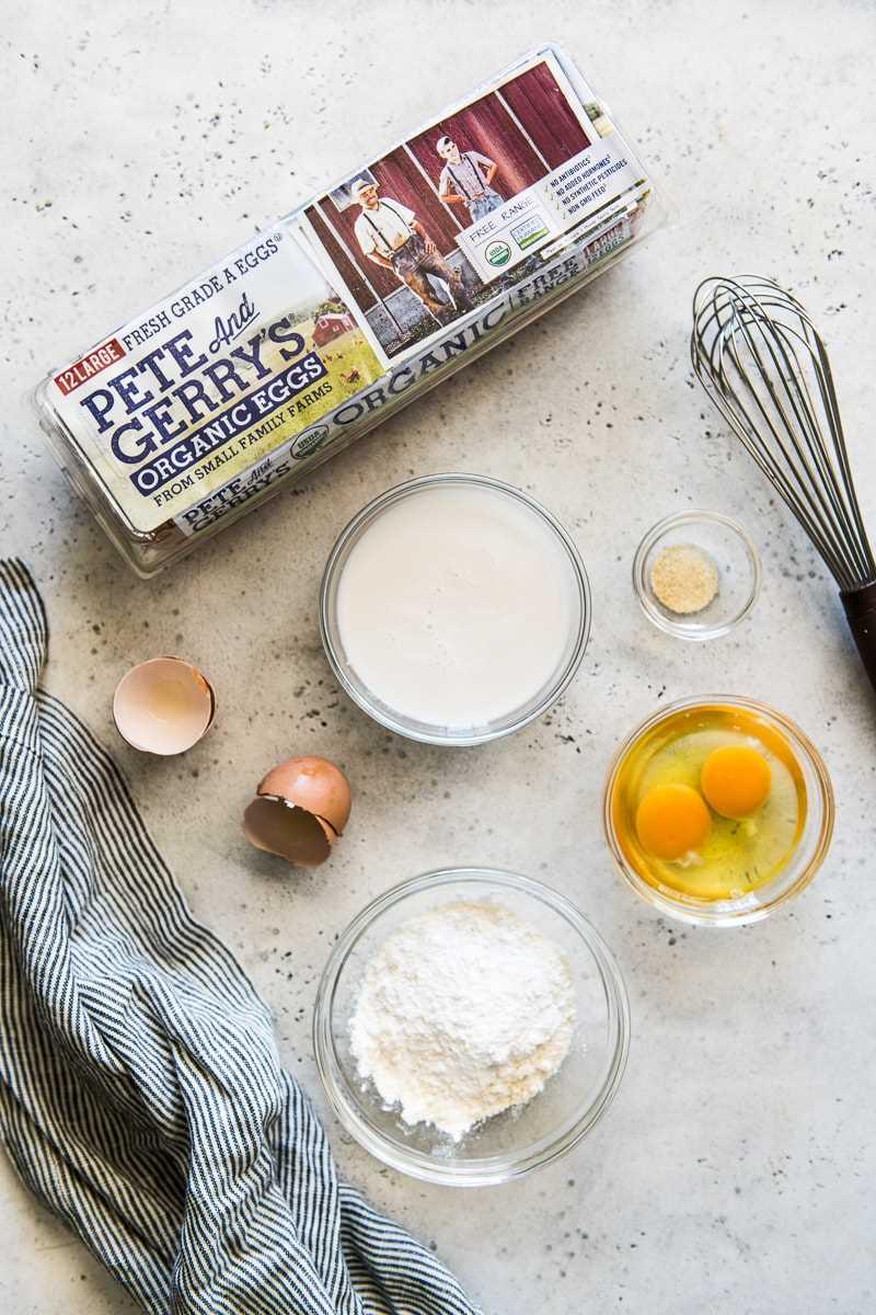Ingredientes utilizados para hacer tortillas de paleo, incluidos los huevos orgánicos de Pete y Gerry.