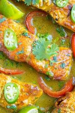 Receta de salmón al curry con pimientos y cebolla en salsa de leche de coco.