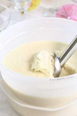 Piña colada congelada en balde con cuchara
