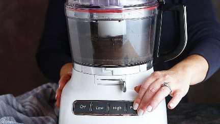 Hacer corteza de pastel Oreo en el procesador de alimentos.