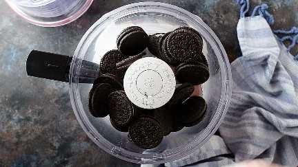 Biscoitos Oreo na tigela de um processador de alimentos.