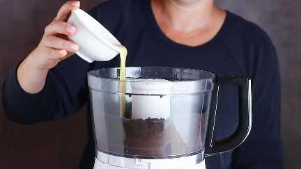 Verter mantequilla derretida sobre migas de galletas Oreo.