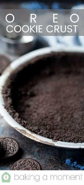 """Imagem de close-up de uma crosta de torta Oreo com uma sobreposição de texto que diz """"Crosta de biscoito Oreo""""."""