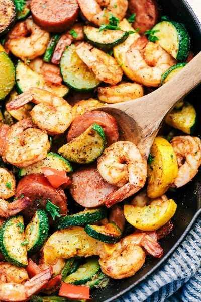 Sartén Cajún de Camarones y Salchichas con Verduras 4