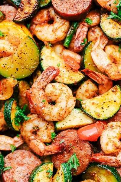 Sartén Cajún de Camarones y Salchichas con Verduras 2