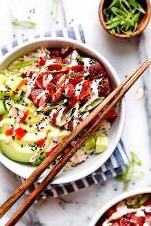 Tazones picantes de atún hecho con trozos de atún fresco, aguacate, pepinos, mayonesa picante, cebolletas cortadas en el sesgo servido sobre una cama de arroz al vapor.