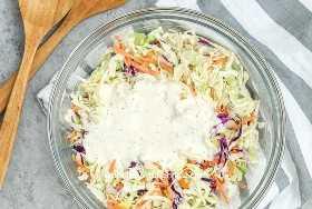 repollo rallado para ensalada de col cubierto con un aderezo cremoso