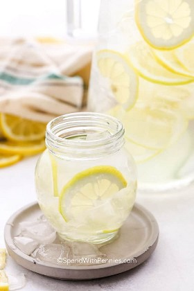 Un vaso de agua de limón en una montaña rusa.